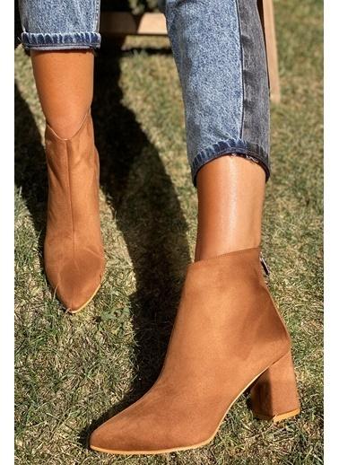 İnan Ayakkabı Bayan Sıvrı Burun Ortadan Dıkış Detaylı 6 Cm Topuklu Bot Taba